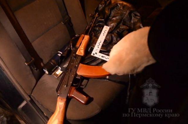 Из машины полицейские изъяли оружие и 15 светозвуковых патронов.