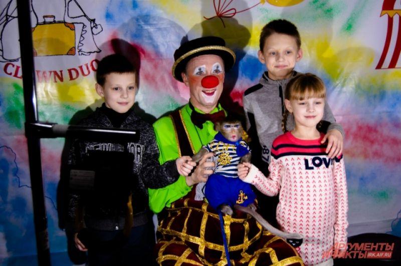 Кстати, в перерыве между выступлениями и после них зрители могли сфотографироваться как с клоунами, так и с другими понравившимися артистами или животными, которые ждали в специальных фотозонах.