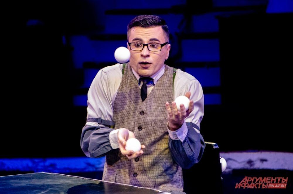 Не обошлось и без классического жонглёра с шариками.