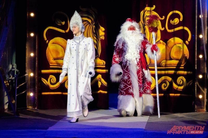 Новогоднюю премьеру открыли главные персонажи праздника – Дед Мороз и Снегурочка.