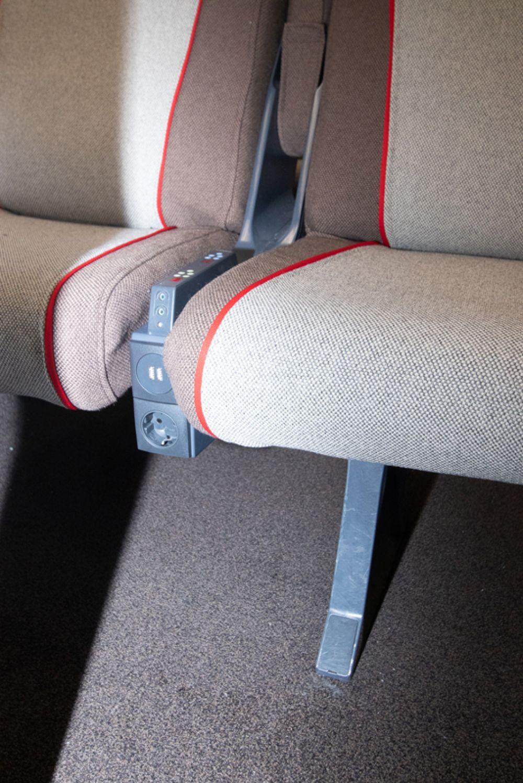 Розетки и USB-разъемы рядом с пассажирскими креслами.