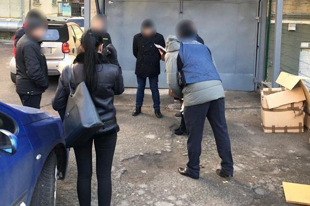 В Киеве ГБР задержало чиновника на взятке в 100 тысяч гривен