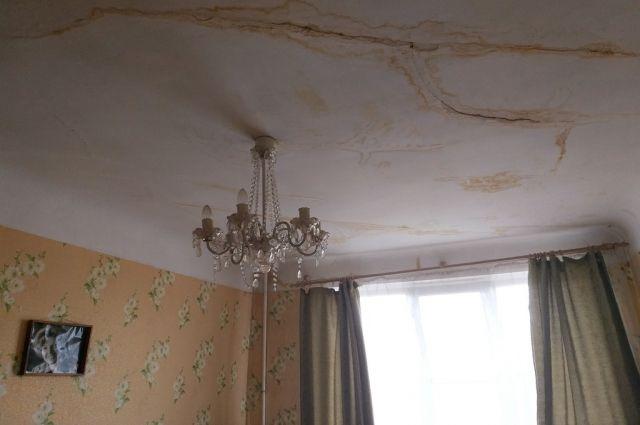 Потолки в квартирах верхних этажей покрылись желтыми разводами.