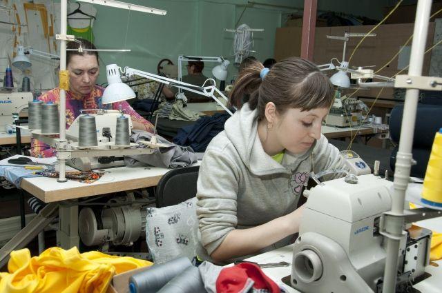 В социальных центрах омичи шьют одежду нуждающимся.