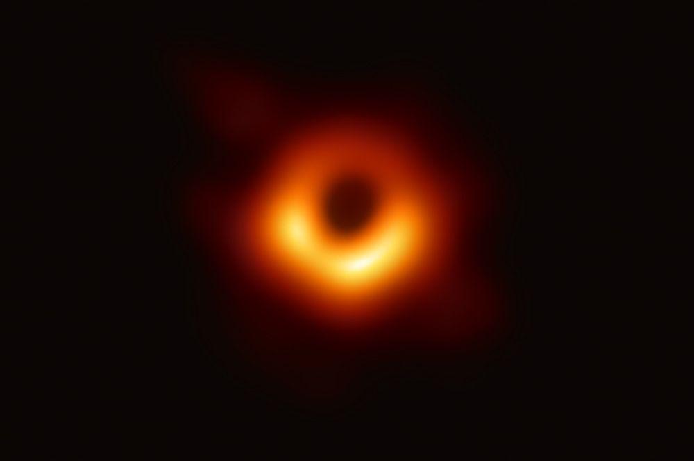 Первое в истории изображение черной дыры, которое удалось получить ученым. Черная дыра находится в галактике М87 в 53,5 миллиона световых лет от Земли.