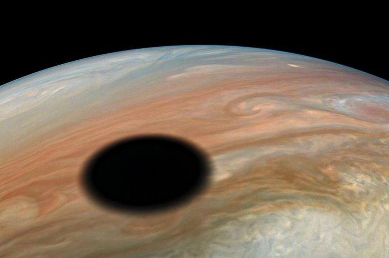 Тень на Юпитере от его спутника Ио.