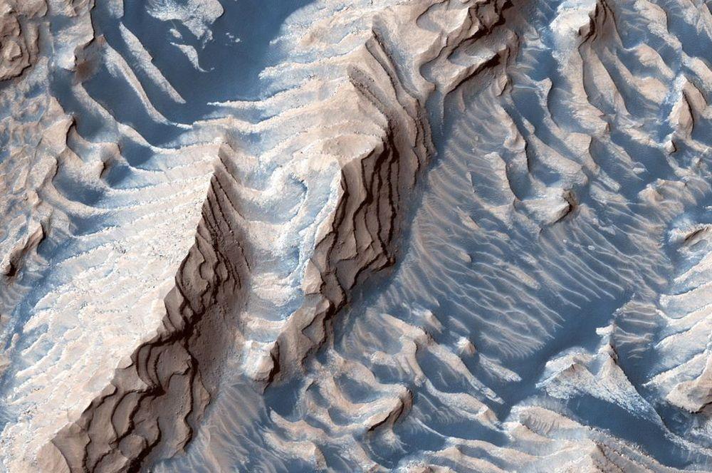Осадочные породы и песок в кратере Дэниэльсон на Марсе.