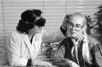 Врач М.К. Карапетян проводит консультацию пациентки перед операцией. Косметологическая клиника «Институт красоты» на Калининском проспекте, дом 25. 1980 г.
