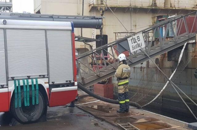На сообщение о задымлении в плавдоке выехали 73 сотрудника МЧС