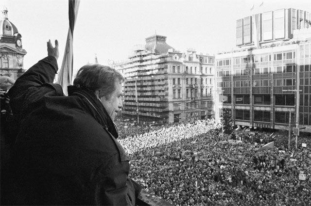 Будущий президент Чехословакии и Чехии (после развала страны в 1992 г.) драматург Вацлав Гавел приветствует своих сторонников с балкона. Прага, декабрь 1989 г.