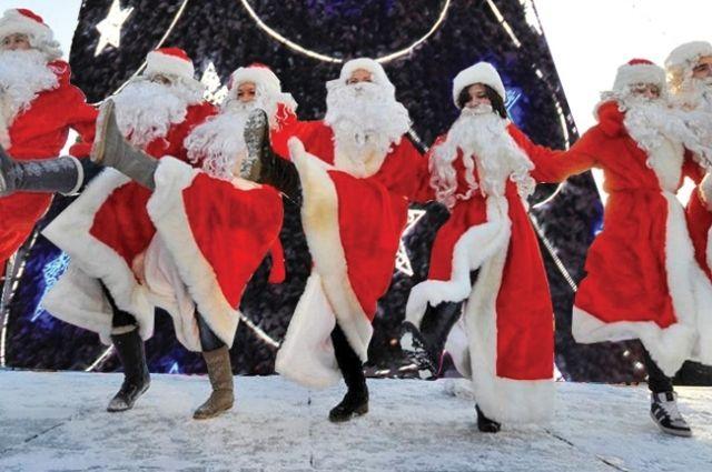 На открытии главной ёлки Калининграда собрались более 90 Дедов Морозов