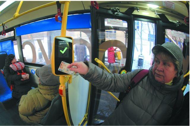 Экономить на проезде можно как в муниципальных автобусах и троллейбусах, так и в коммерческих маршрутках, расплачиваясь картой в одно касание и получая за это скидку.