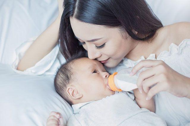 Никакого молока и манки. Чем категорически нельзя кормить младенцев?