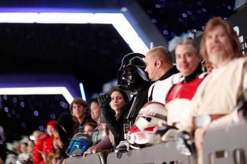 Фанаты в костюмах героев «Звездных войн» на премьере последнего эпизода.