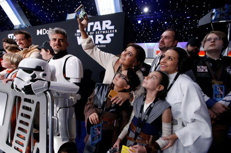 Фанаты в костюмах героев «Звездных войн».