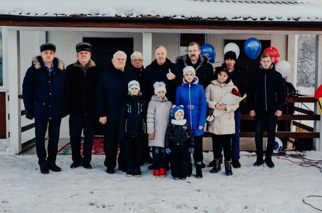 Семья с пятью детьми получила в подарок просторный дом в Увате