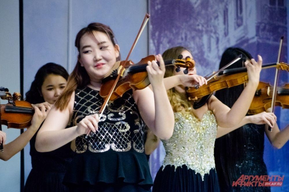 Как объяснил дирижёр, добиться синхронности у скрипок сложно, и поэтому долгое время никто не писал для ансамблей скрипачей отдельных произведений, поэтому для ансамблей делали аранжировки.
