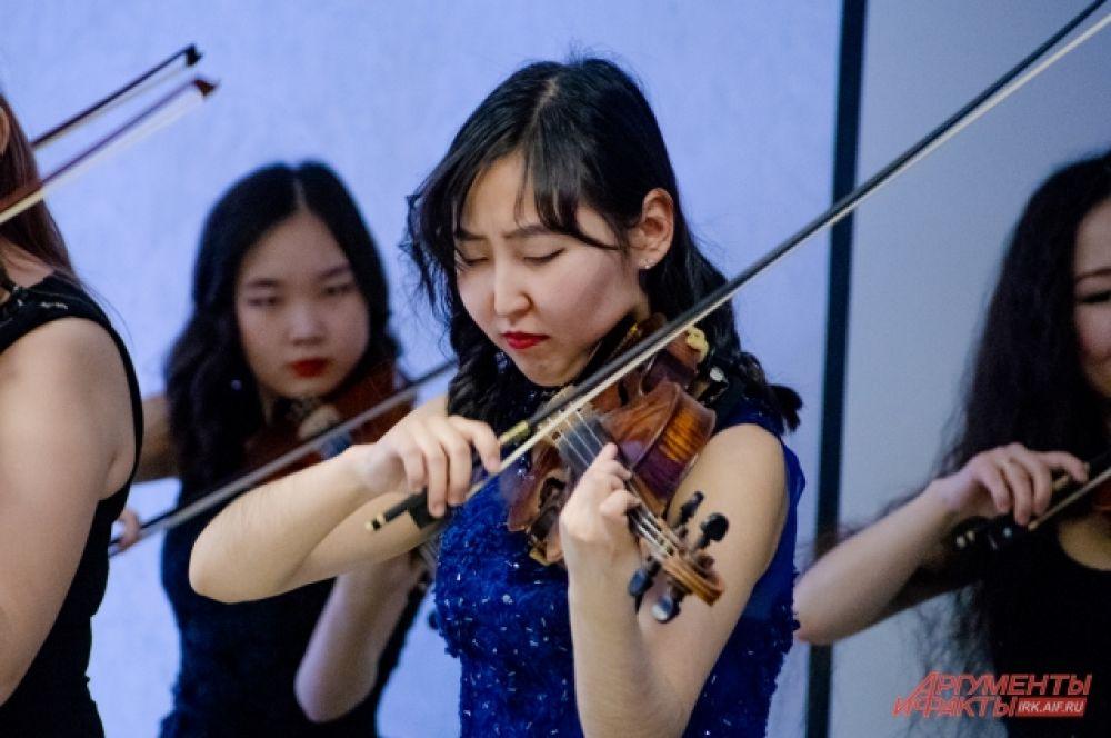 Десять обворожительных участниц ансамбля покорили зрителей своим талантом, исполнив шедевры классической музыки.