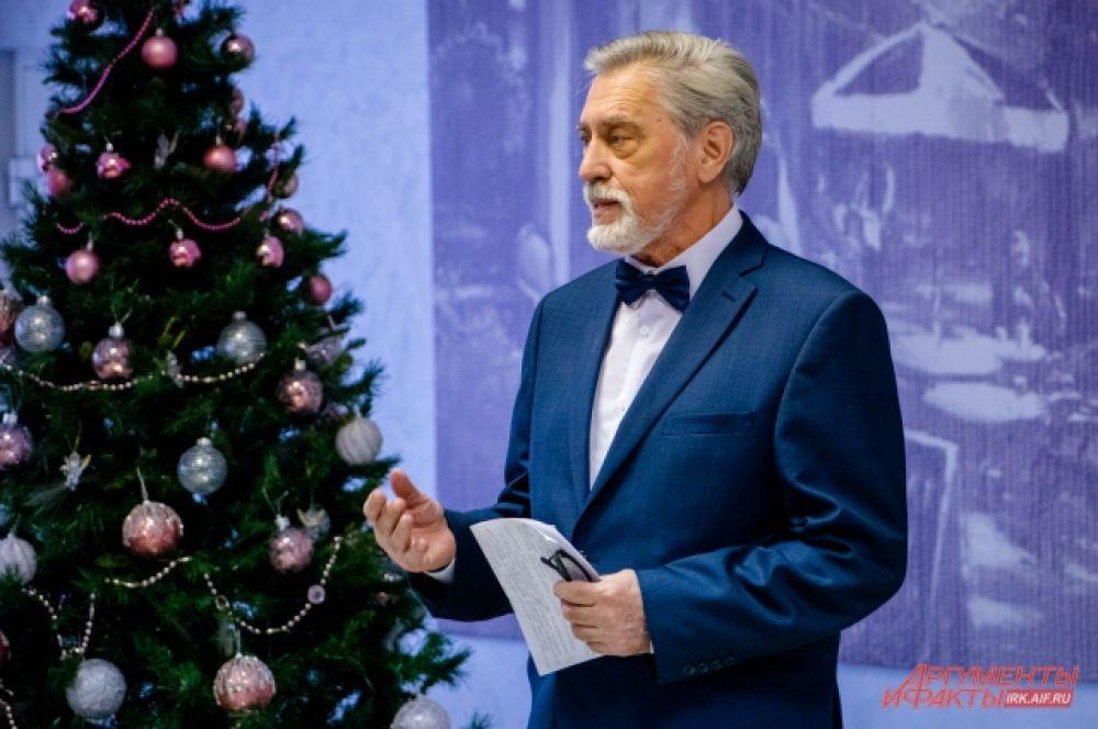 Между выступлениями дирижёр «Виртуозов Якутии» Станислав Афанасенко рассказывал истории с гастролей и интересные факты об ансамбле.