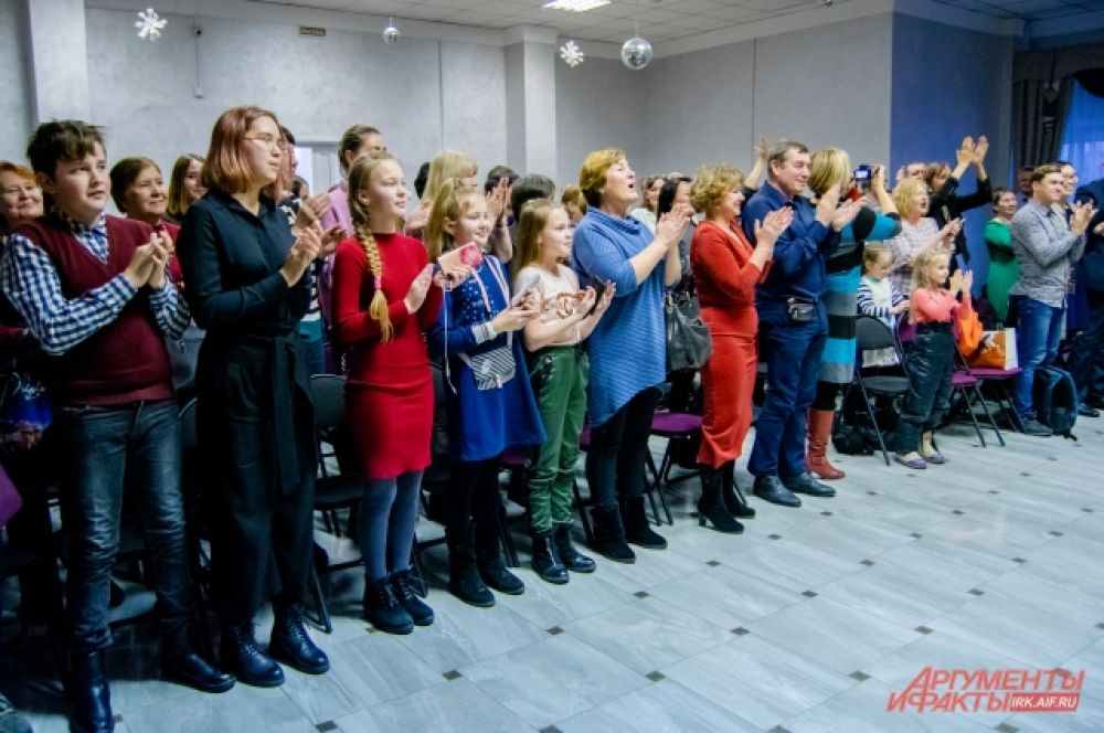 По завершению концерта слушатели стоя аплодировали девушкам.