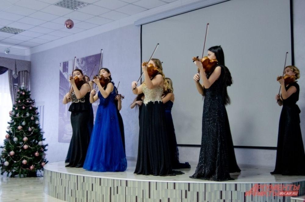 Крупные концертные площадки города были заняты, но это не стало помехой, и выступление талантливых скрипачей прошло 15 ноября на сцене Иркутского техникума индустрии питания.