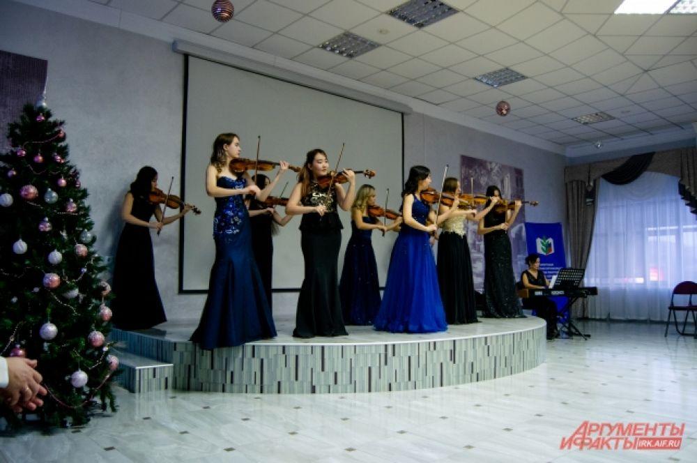 Поражаются слушатели не только таланту скрипачей, но и их феноменальной выдержке и памяти: ещё бы, ведь все два часа девушки выступали стоя, исполняя произведения наизусть и без дирижёра.