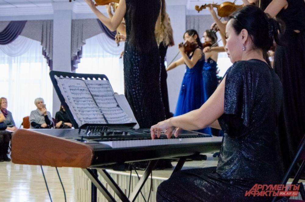 В некоторых произведениях скрипку сопровождал синтезатор, а играла на нём концертмейстер ансамбля Надежда Петрова.