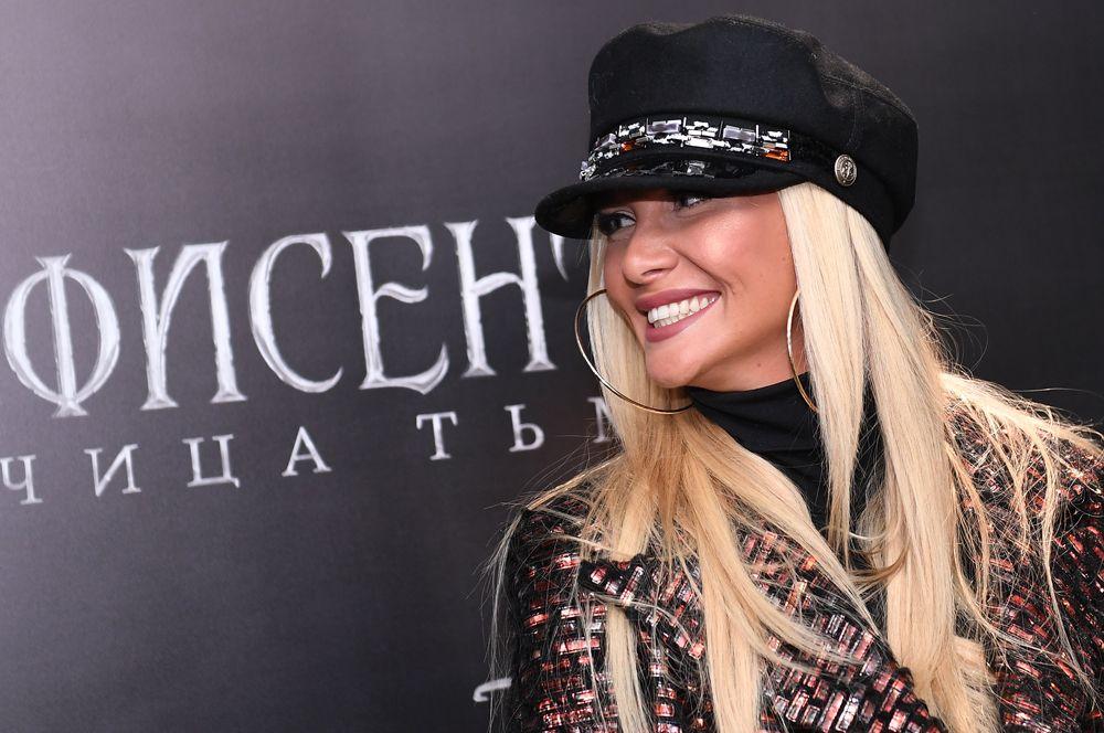Родила первенца модель и телеведущая Виктория Лопырева. Долгое время она не называла имя отца ребенка, однако позднее подтвердила, что им является бизнесмен Игорь Булатов. Мальчика назвали Марк Лионель.
