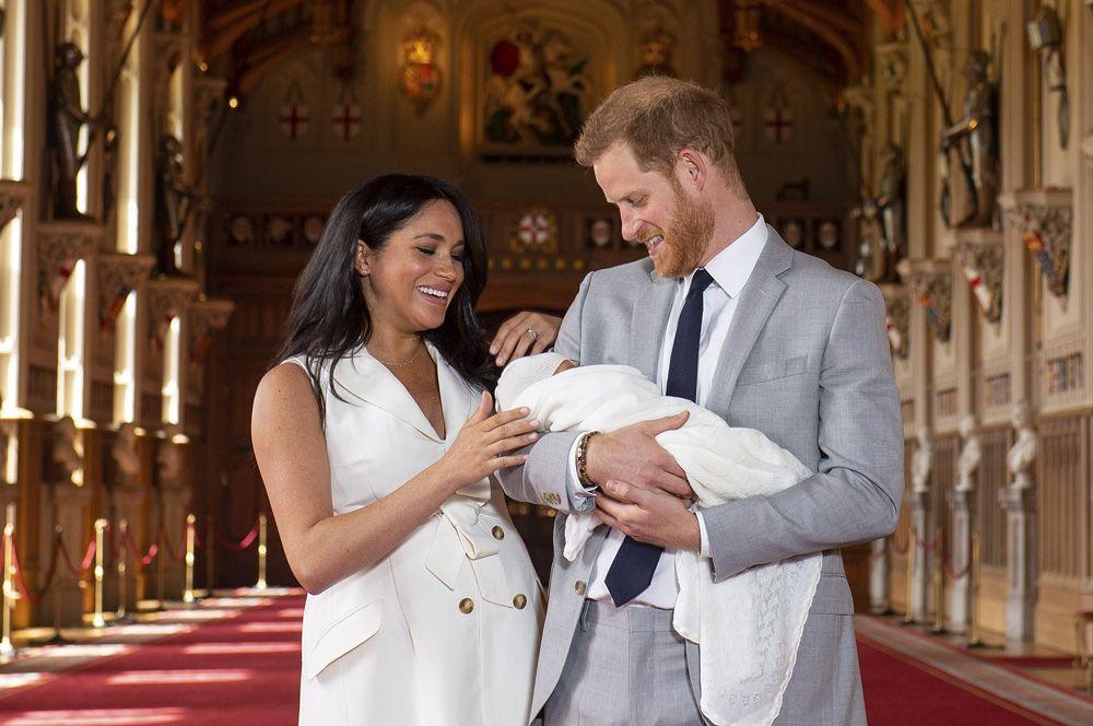Долгожданное пополнение произошло в королевской семье Великобритании: стали родителями Меган Маркл и принц Гарри. Сына назвали Арчи Харрисон Маунтбеттен-Виндзор, в очереди на престол он стал седьмым.