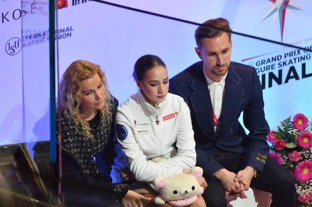Алина Загитова с тренером Этери Тутберидзе и хореографом Даниилом Глейхенгаузом.
