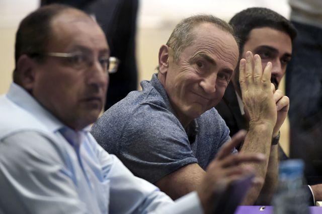 Бывший президент Армении Роберт Кочарян (в центре) и адвокат Айк Алумян (слева) во время слушаний в здании суда общей юрисдикции в Ереване в ожидании вынесения решения о мере пресечения. Сентябрь 2019 г.