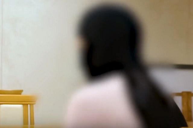 В кадре - Мадина, которую муж обманом заманил в Сирию, лицо своё она скрывает