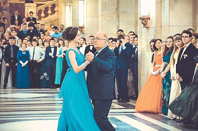 Не стареют душой ветераны. На фото: традиционный Осенний бал в МГУ. Ректор Виктор Садовничий танцует с королевой бала.