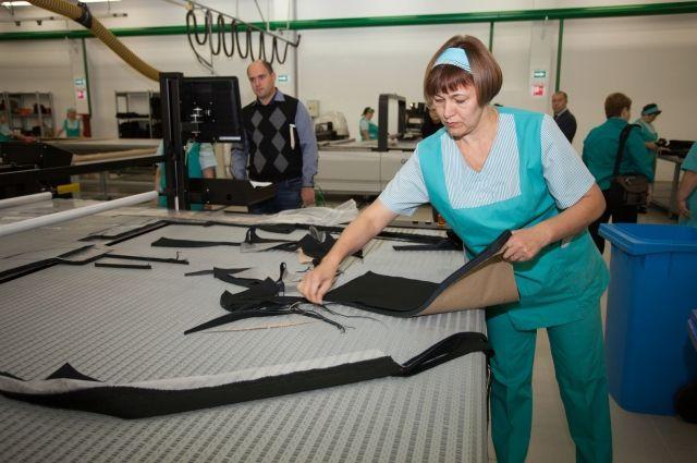 Сотрудники Сургутской швейной фабрики за работой