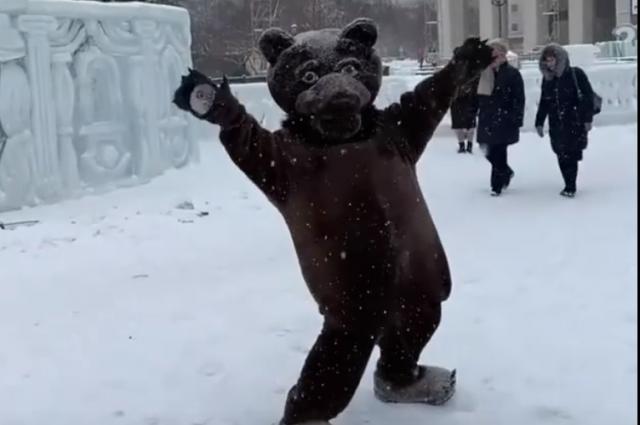 Мишка активно и задорно станцевал на площади Ленина.