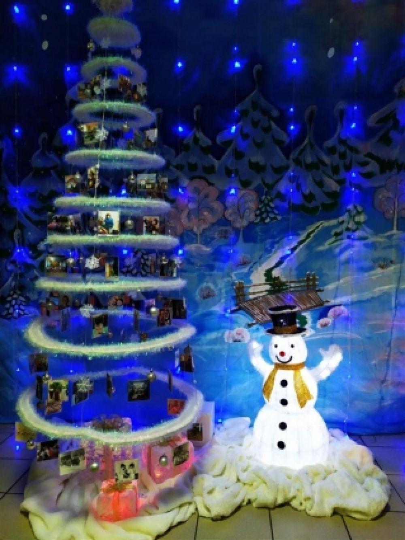 Невесомую ёлку охраняет снеговик.
