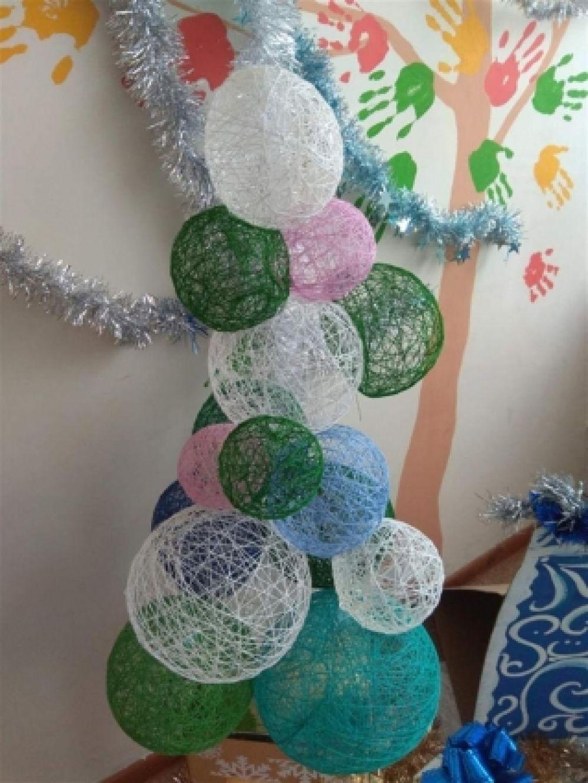 Разноцветные нитяные шары отлично имитируют украшенное дерево.