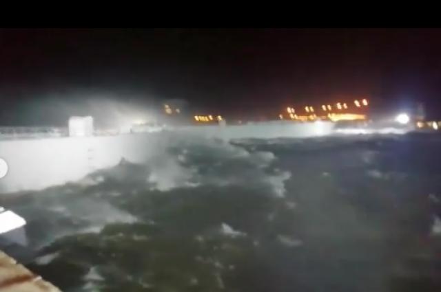 Порывы ветра достигают 30 метров в секунду.