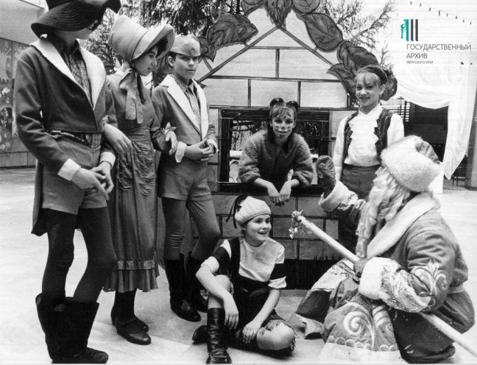 Участники постановки новогодней сказки «Приключения Чиполино с Дедом Морозом». Пермь, 1991 год.