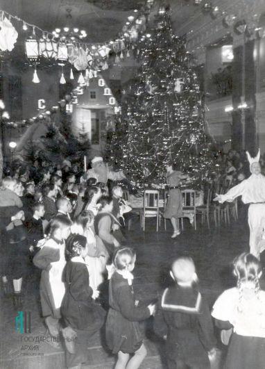 Дед Мороз и зайчик среди детей у елки. Пермь, 1967 год.