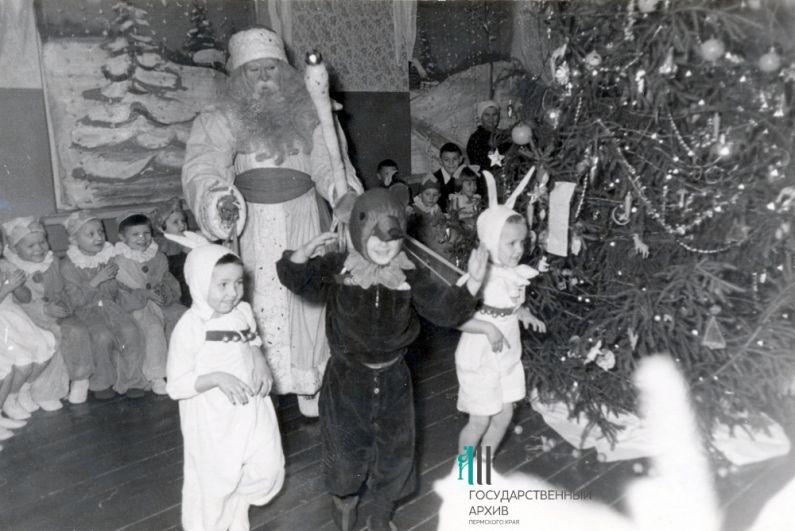 Воспитанники и сотрудники детского сада во время новогоднего праздника. Пермь, 1946-1957 годы.
