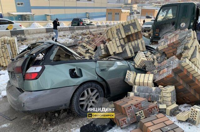 Водитель чудом успел выскочить из машины: если бы не это, кирпичные блоки упали бы прямо на голову мужчине.