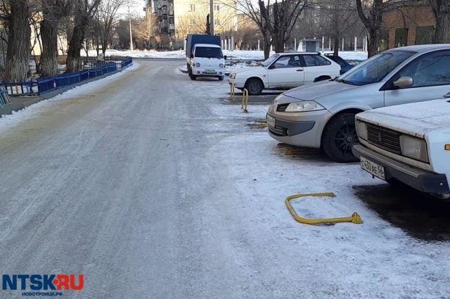 В Новотроицке незаконно установили парковочные барьеры.