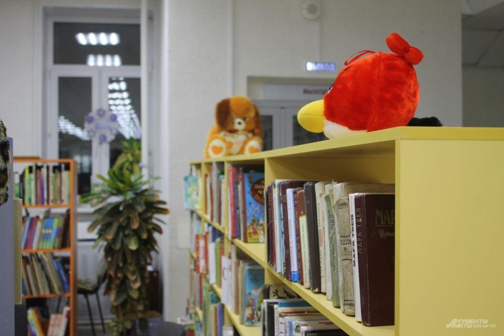 Полки с детской литературой - особенно яркие и привлекательные.