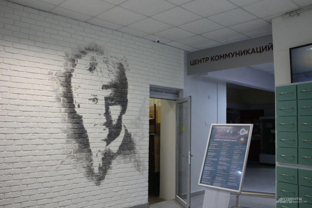 На входе горожан встречает портрет Сергея Есенина, имя которого носит библиотека.