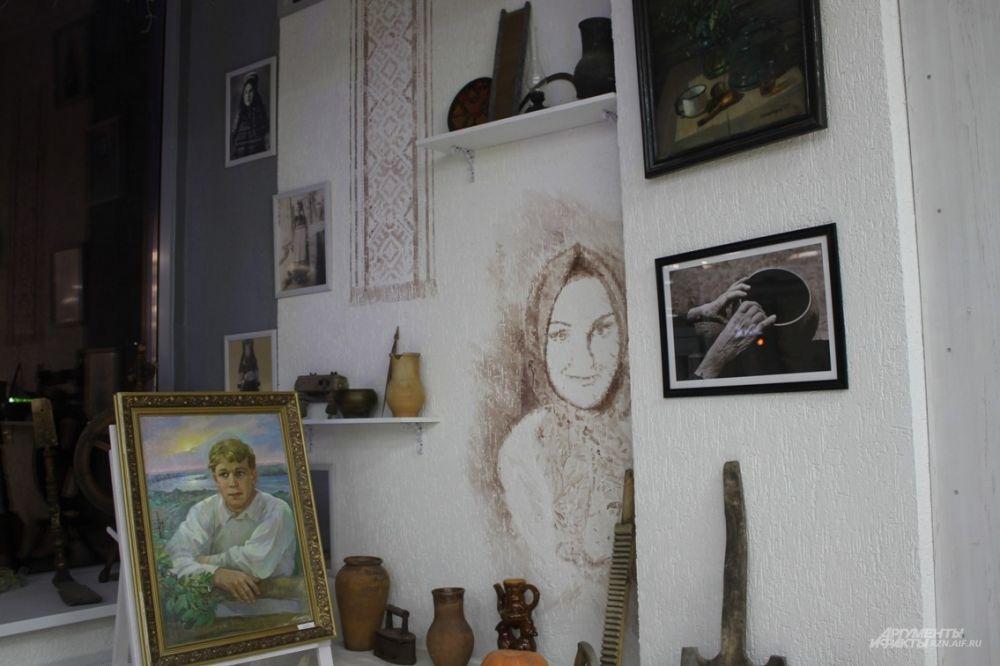 Уют в залах создается благодаря вот таким уголкам - с картинами и авторской росписью на стенах.