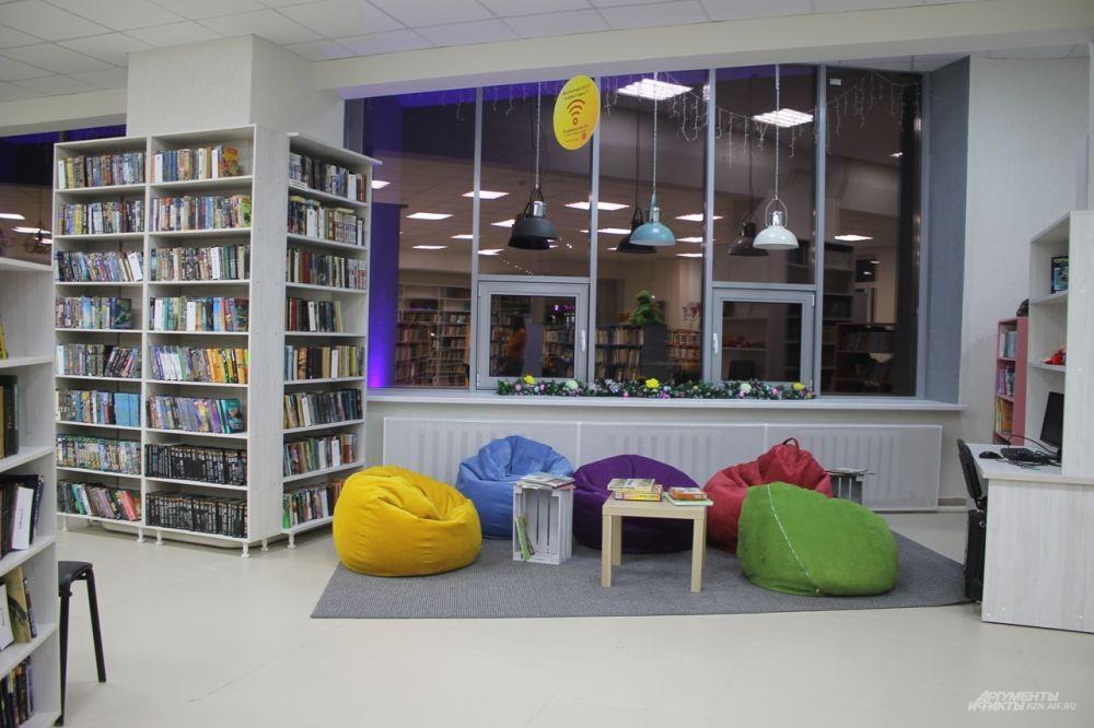 В зале есть удобный для чтения уголок.