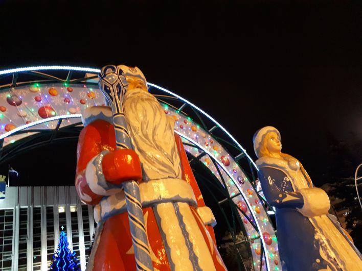 Дед Мороз и Снегурочка - огромные фигуры в центре Тюмени.