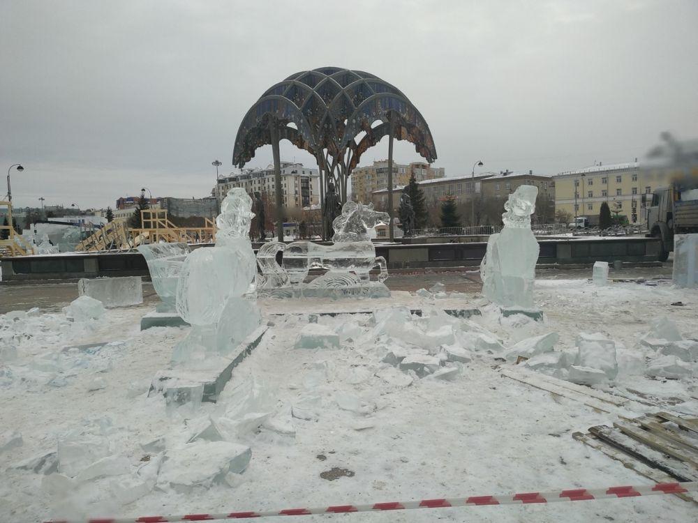 Проходят работы над строительством ледового городка.
