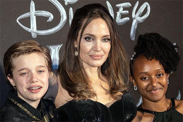Анджелина Джоли с детьми Шайло (Джоном) и Захарой. 2019 год.